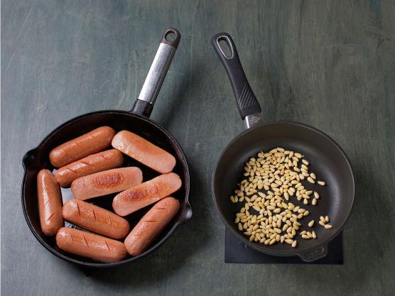 Rist pinjekjerner i en tørr stekepanne til de er gylne, ca. 3 min. Snitt pølsene, stek dem gylne i oljen og server med brokkoli, rotmos og pinjekjerner.