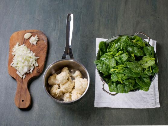 Finhakk løk og hvitløk. Rens og skyll spinat. Del blomkål i små buketter og kok dem møre i vann, ca. 5 min.