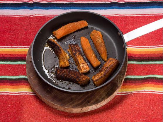 Stek laksen i strimler på høy varme på alle sidene til laksen blir gylden rundt det hele. Dra pannen av varmen og la laksen hvile, den bør helst være litt rå i midten. Fordel laksen på de åtte minitortillaene.