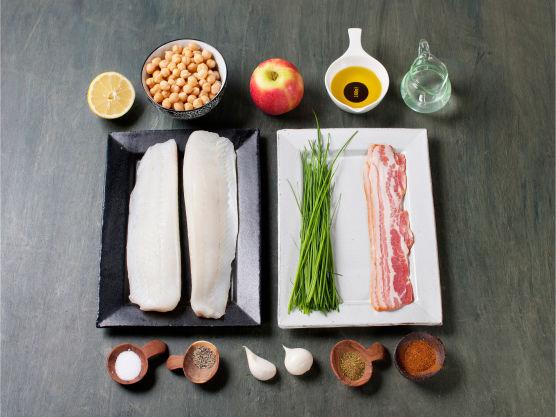 Ovnsstekt torsk med bacon og hummus er en rask og næringsrik middagsrett. Få resten av familien på kroken med denne ovnsbakte torskeretten – noe av det enkleste du kan lage, samtidig som det smaker fabelaktig.