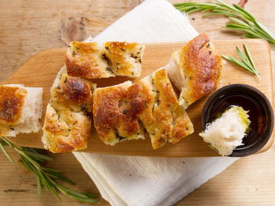 Dryss over havsalt og rosmarin. Oliven, soltørkede tomater, fetaost og urter kan også brukes. La brødet heve litt før du steker det ved 220 grader i 20-25 minutter, eller til brødet er akkurat gjennomstekt. Avkjøl på rist.