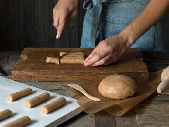 Skjær opp stykker i ønsket lengde. Stekes på 190 grader i 8-9 minutter.