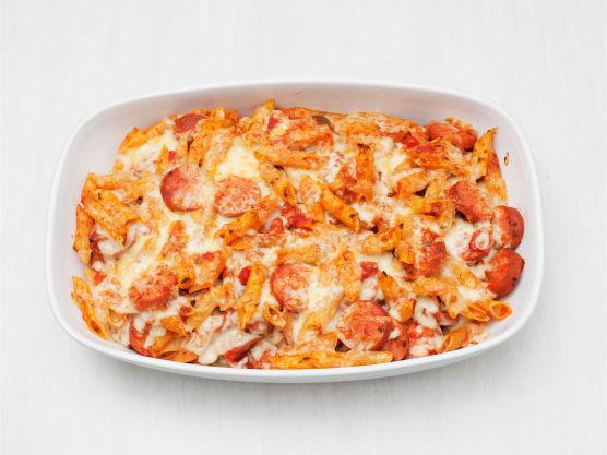Ha blandingen i en ildfast form, strø over ost og stek gratengen høyt i oven på 250 °C i ca. 7 min.