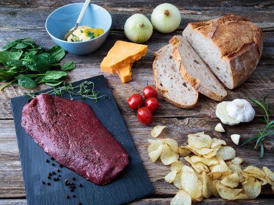 Sørg for at kjøttet er romtemperert. Gni kjøttet inn med solsikkeolje og knust svart pepper. Du kan også marinere det natten over med en peppermarinade.