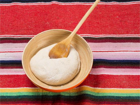 Kna mel, salt og vann til en deig, kna den i 2-4 minutter.