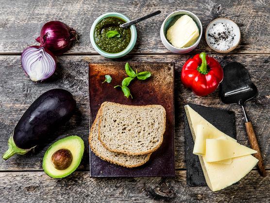 Ostesmørbrødet kan stekes i stekepanne eller i et ostesmørbrødjern om du har det.