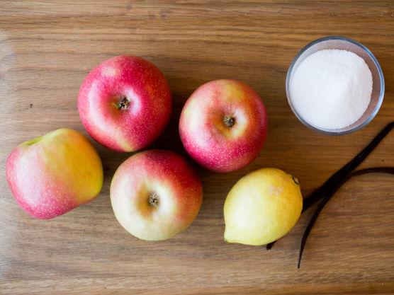 Rens og skjær eplene i grove biter. (Epler med tykt skall bør skrelles, men er epleskallet veldig rødt kan du likevel la litt av skallet være igjen slik at eplemosen får en delikat rosafarge.) Skrap ut frøene fra vaniljestangen. Ha eplebitene, sukker, vann, vaniljestang og frø over i en kasserolle. Kok opp og la det småkoke til eplebitene er helt møre.