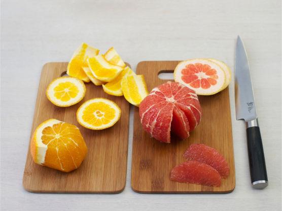 Skjær hinnefrie båter av appelsin og grapefrukt.