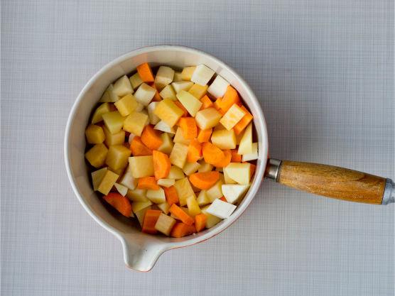 Ha alt over i en kasserolle, tilsett vann så det akkurat dekker og en god klype salt.