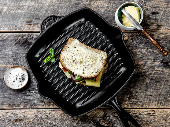 Smør sidene som vender ut med smør og stek i en stekepanne på middels varme under lokk til skiven er gyllen. Snu og stek videre til osten er smeltet.