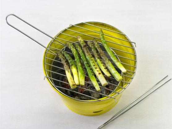 Pensle asparges med olje og grill, eller stek i olje i stekepanne, i ca. 3 min.