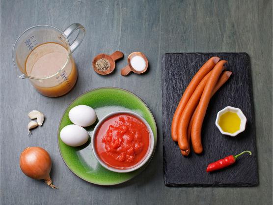 Denne oppskriften på hjemmelaget tomatsuppe med kokt egg og pølsebiter er super enkel og kjapp.