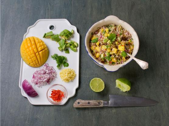 Skjær mango og avocado i små terninger, tilsett limesaft og resten av løken, chili, ingefær og koriander. Bland godt, smak til med salt og pepper og server til fisken.