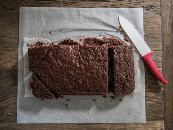 Når sjokoladekaken avkjøles lager du sjokoladekremen.