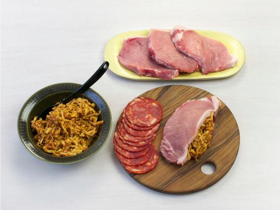 Bland ost og pesto. Skjær et snitt i kotelettene og fyll med chorizo og osteblandingen. Krydre med salt og pepper og stek i olje i en stekepanne, ca. 3-4 min. på hver side. (alternativt ferdigfylte fra Meny)