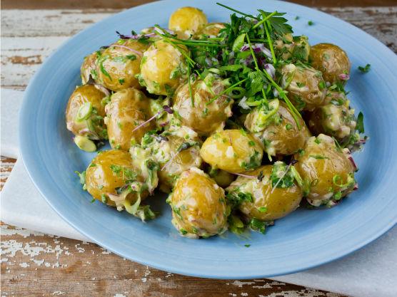 Bland sammen poteter, sjalottløk, vårløk, urter og dressingen.