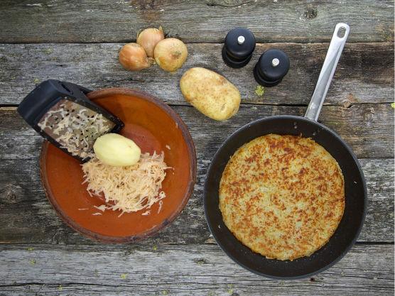 Skrell og riv potetene på et rivjern på den grove siden. Ha de revne potetene i et dørslag og press ut væsken. Bland poteten i en bolle sammen med den finsnittede løken, salt og pepper.  Varm smør i en panne. Press potetblandingen ned i pannen og stek på middels varme i 15-20 minutter på hver side. For å snu potetkaken legger du en tallerken over pannen som dekker den helt, snur pannen opp-ned så potetkaken havner på tallerkenen, og lar den så skli ned i pannen igjen.