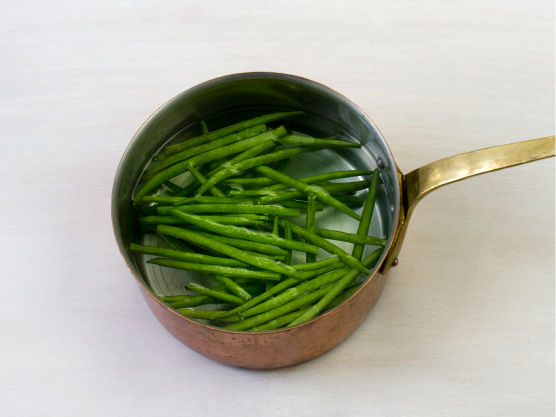 Kok aspargesbønnene i ca. 2 min. (al dente).