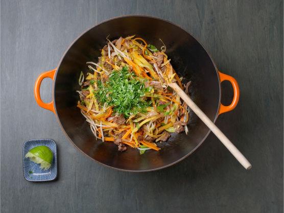 Stek grønnsakene i olje på høy varme i woken, litt av gangen. Ha kjøtt og grønnsaker tilbake i pannen, vend inn saus og varm opp. Tilsett limesaft, dryss over persille og server.