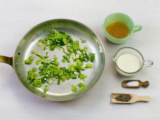 Hakk og fres hvitløk og vårløk i olje i en stekepanne. Ha i fløte og grønnsakskraft, smak til med salt og pepper og la koke i ca. 1 min.