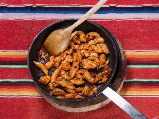 Stek strimlet kyllingkjøtt i en stekepanne og tilsett chilimania glaze mot slutten av stekingen, smak til med salt og pepper.