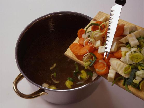 Ta høns eller kylling opp av kraften. Sil kraften og hell den tilbake i kjelen. Skjær grønnsakene i staver eller skiver, og kok dem i kraften i ca. 15 minutter, til de er møre. Sil kraften og sett grønnsakene til side.