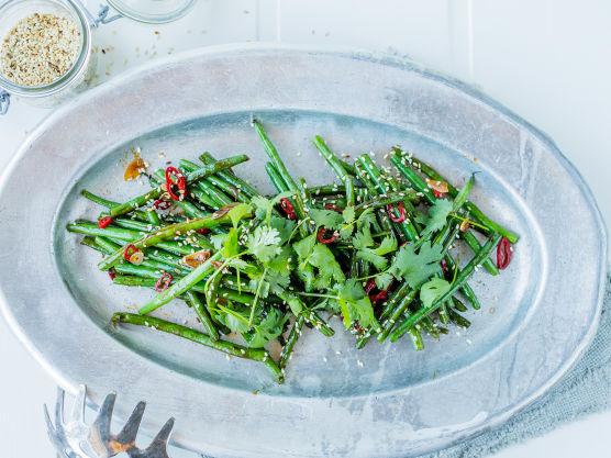Tilsett hvitløk og chili underveis i stekingen. Skru ned varmen og ha i østerssaus og et par spiseskjeer vann.