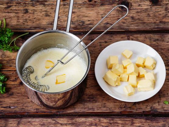 Kok opp fløte og maizena. Pisk inn kaldt smør i små terninger. Sausen skal ikke koke, bare holdes varm. Smak til med sitronsaft, salt og hvit pepper helt til slutt. Rør inn finhakket persille rett før servering.