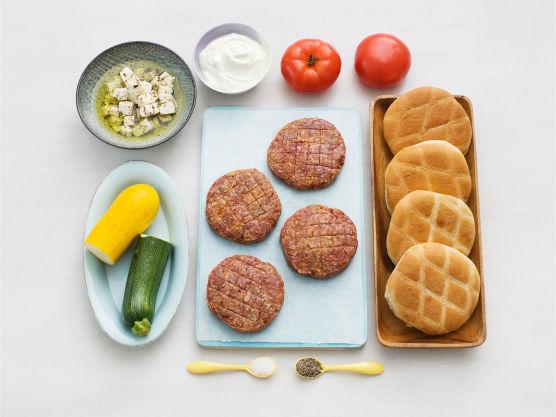 Hamburger med smak av Hellas! Husk at marinerte oliven smaker godt til.