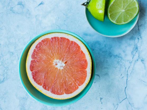 Skjær skallet av grapefrukten og sitronen. Skjær fruktkjøttet i mindre biter og fjern eventuelle steiner og kraftige hvite hinner.