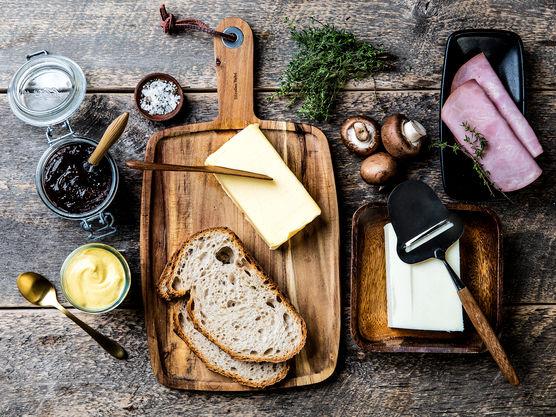 Del aromasopp i skiver og stek gylne i smør. Dryss med timian, salt og pepper.