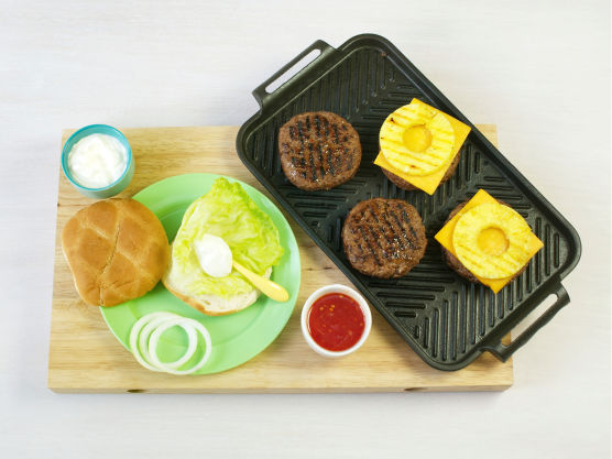 Legg på osteskiver og la osten smelte. Varm hamburgerbrødene på grillen eller i ovnen på 200 °C, og bland dressingen.