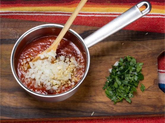 Grovhakk urtene. Tilsett resterende ingredienser og smak til med salt og pepper.