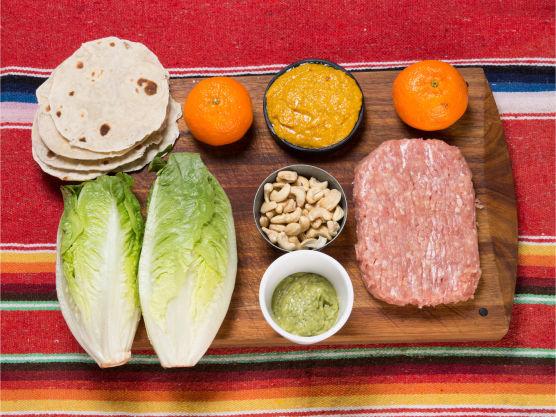 Bak små tortillas eller stikk ut fra ferdige som du deretter vender i en varm, tørr panne. Hold dem varme i aluminiumsfolie.
