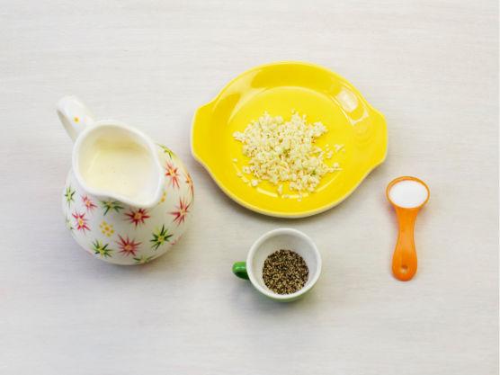 Press hvitløk i fløten, krydre med salt og pepper og hell i formen. Riv parmesan og dryss over.