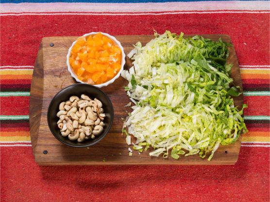 Lag grønn salsa ifølge oppskriften. Finsnitt salaten, skrell klementinene og kutt i terninger.