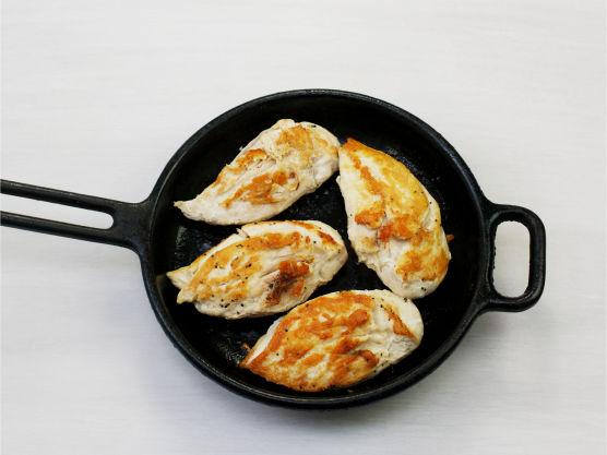 Krydre kyllingfiletene med salt og pepper og stek i olje i en stekepanne, ca. 5-6 min. på hver side. Server med kokt ris og soppsaus.
