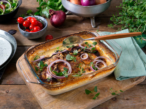 Stek i ovnen på 180 grader i ca 20 minutter til osten er gyllen og sausen begynner å tykne. Server gjerne med en grønn salat ved siden av.