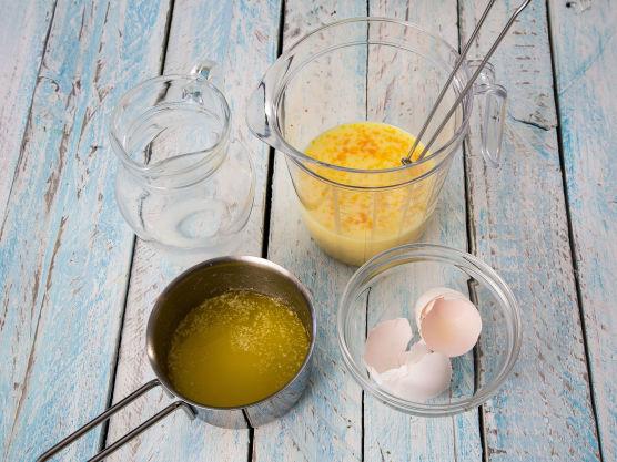 Visp sammen egg og melk. Smelt smøret i en liten kjele.