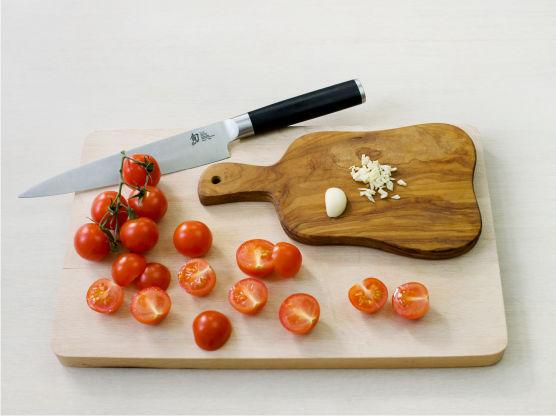 Finhakk hvitløk, del tomatene i to, og fres i olje i en stekepanne i ca. 1 min.