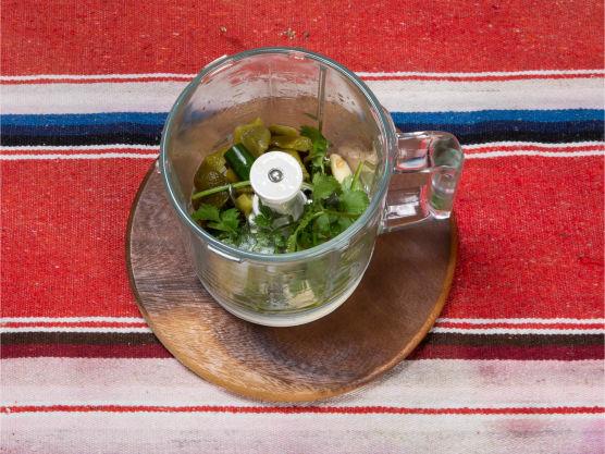Ha alle ingrediensene i en blender og kjør til puré. Smak til med salt og pepper.