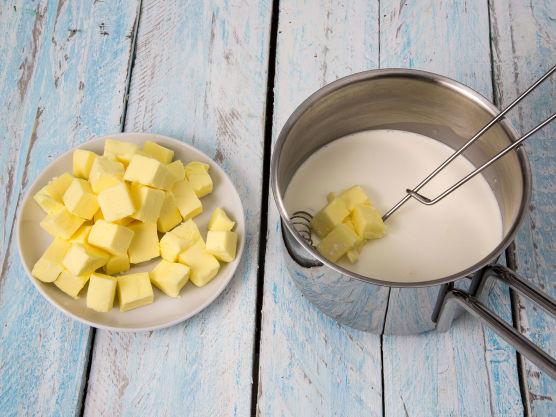 Pisk inn kaldt smør i små terninger. Sausen skal ikke koke, bare holdes varm.