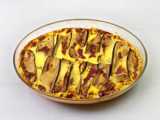 Legg squash, kyllingsaus og fløteblandingen lagvis i en smurt ildfast form, og stek i ovnen i 225 °C i ca. 20 min.