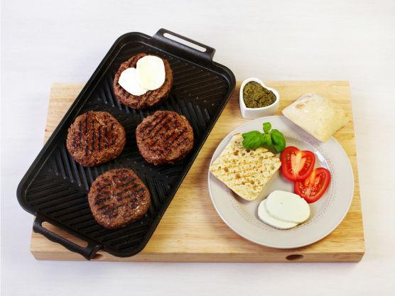 Del ciabatta i to og smør pesto på delene. Legg hamburger i brødet og topp mozzarella, tomat og basilikumblader.