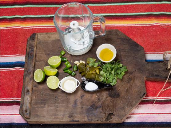 Del opp alle råvarene. Gni inn paprika og jalapeñoene i olje.