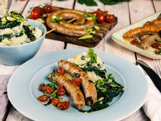 Servér pølsene med de søte, bakte tomatene, potetmosen og en grønn salat ved siden av.