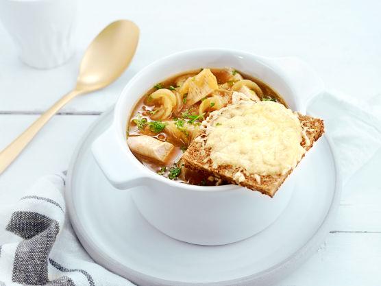 Del baguetten i skiver og stek med smør til en gyllenbrun farge. Legg baguettskivene på et stekebrett og strø over osten.