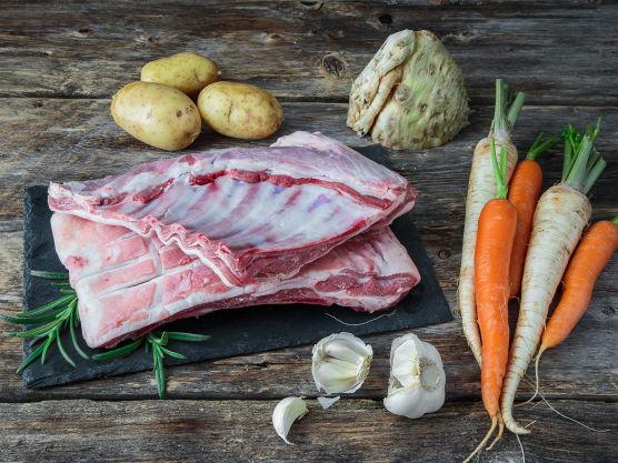 Hvis fettet ikke allerede er rutet, gjør du dette med en skarp kniv. Gni lammeribben inn på begge sider med salt, pepper, grovhakket frisk rosmarin og knust hvitløk.