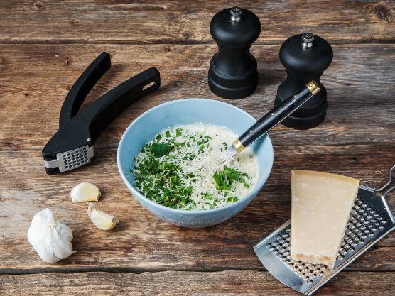 Bland fløten med finhakkede urter, parmesan, hvitløk, litt salt og grovkvernet pepper. Hell fløteblandingen over kylling og grønnsaker, og riv gjerne litt ekstra parmesan over til slutt.