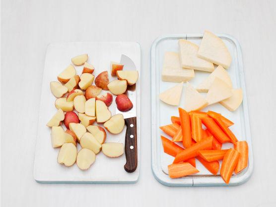 Skrell og del poteter og grønnsaker i biter, og kok dem møre lettsaltet vann, ca, 8 min.